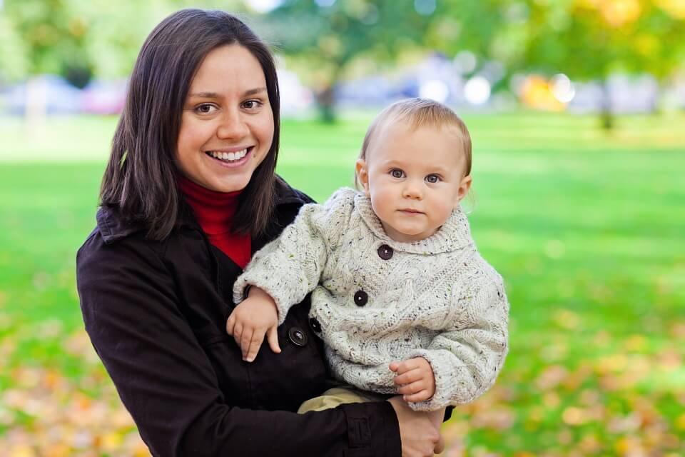 noszenie dziecka na spacerze
