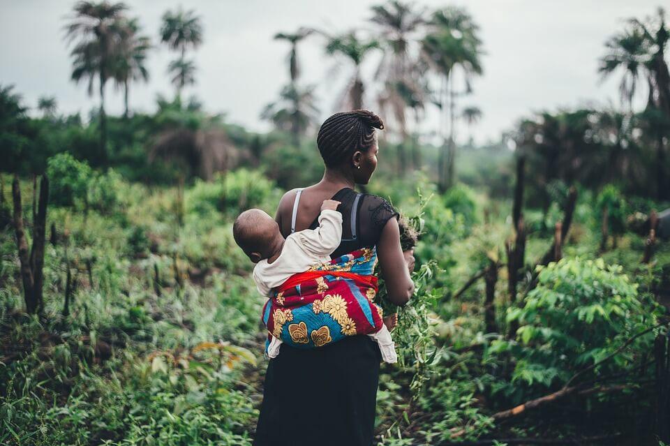 noszenie dziecka w chuście na spacerze
