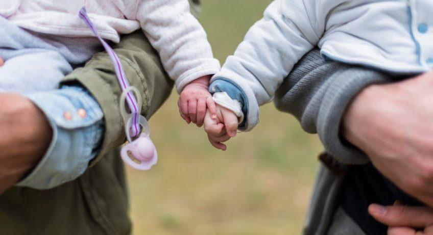 noszenie dzieci na rękach